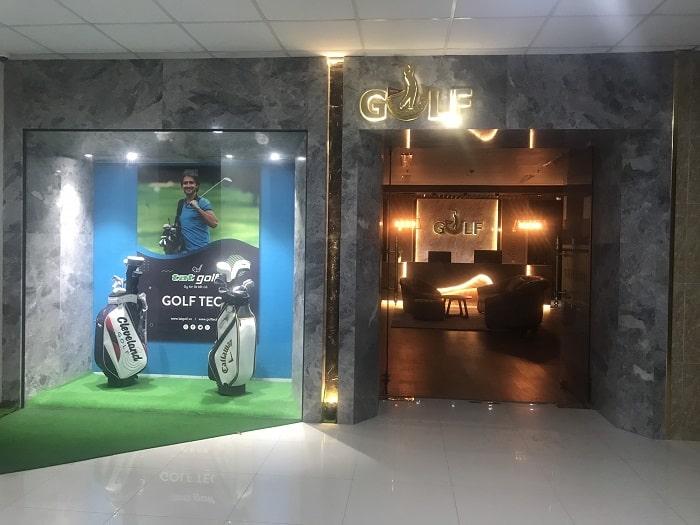 Khu vực sảnh ngoài và phòng trưng bày dụng cụ golf