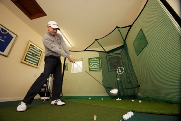 Một bộ tập golf bao gồm nhiều thiết bị chơi golf