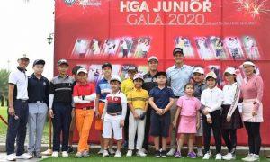 Các golfer nhí chụp ảnh kỷ niệm tại giải đấu