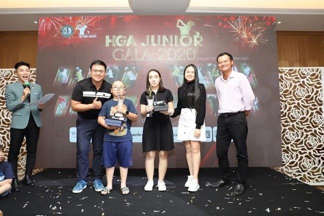 2 golfer Ngô Thanh Sơn và Trần Diễm My lên nhận giải