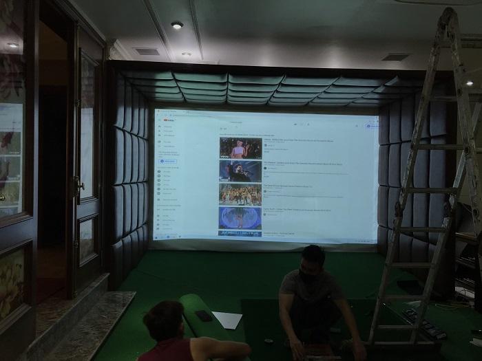 Các kỹ thuật của GolfTech đang tiến hành thi công phòng golf
