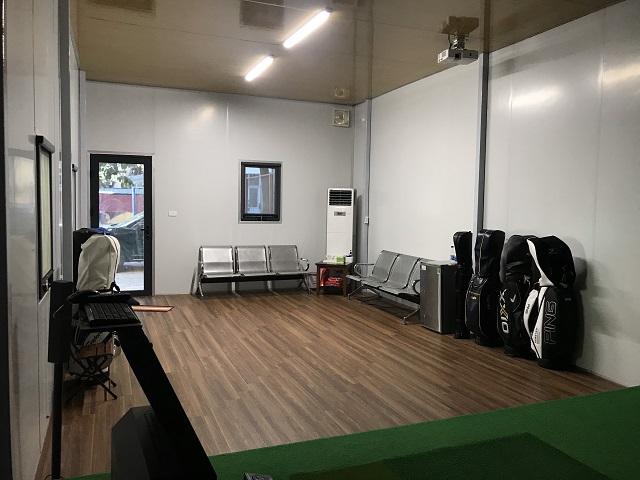 Chủ nhà còn lắp đặt các thiết bị để nghỉ ngơi và theo dõi các trận đấu golf.