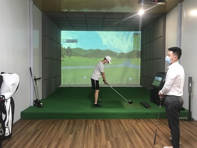 Công trình phòng golf tại nhà với đầy đủ các thiết bị và dụng cụ