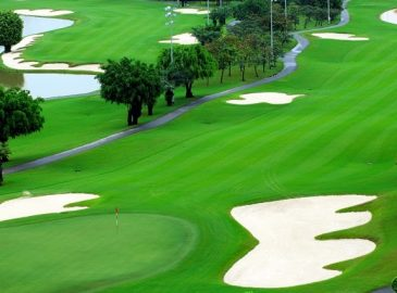 Môi trường và trải nghiệm của người chơi chính là điểm khác biệt lớn nhất giữa 2 loại hình sân golf